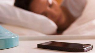 Los peligros de dormir con el móvil cerca